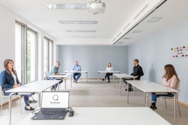 In allen Seminarräumen ist sichergestellt, dass zwischen den Gästen ein Mindestabstand von zwei Metern eingehalten werden kann. Die zulässige Personenzahl ist abhängig von der Raumgröße