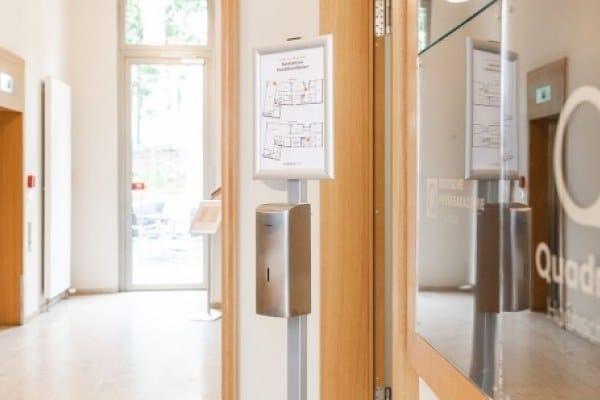 depak-Studienzentrum: kontaktlose Hygienespender an allen Eingängen.